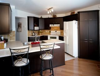 Armoires de cuisine de melamine repeintes avec faux fini for Moulure armoire cuisine